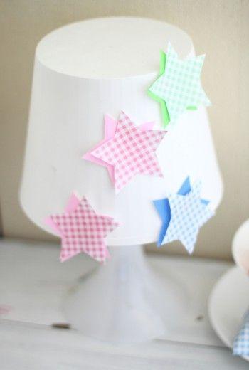 壁だけでなく、シェードにだって 星型に切った折り紙を貼っちゃいます♪