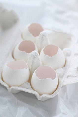 卵はなるべく上のほうだけを割ります(つまようじなどで上部にひびを入れ、 そこからそっと殻を割るとうまくいきます)。