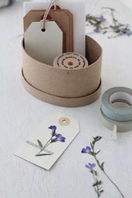押し花が出来上がったら、 タグに押し花を貼り付けましょう。 木工用ボンドで軽くのり付けするだけで、 簡単に紙に貼ることができます。