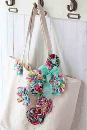 手づくりの花飾りで無印トートを簡単リメイク