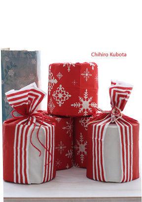 クリスマスペーパーナフキンをトイレットペーパーにくるっと巻きつけて