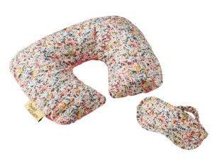 アイマスク&ネックピロー 4,725 円(税込)/ 付属品:ポーチ ピンク(写真)/ パープル 優しい肌触りで長時間の移動時間をリラックスタイムに