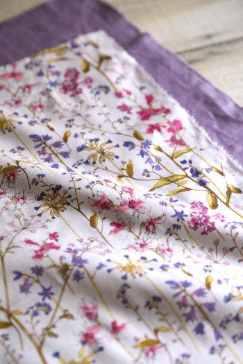 布は、小さなテーブルなら 端切れで探してもいいし、 ちょっとしたおもてなしテーブルなら 布地屋さんでメートル単位で 購入しても♪ 下に少し大きめのリネンクロスを敷くと、 さらに華やかさが出ます。