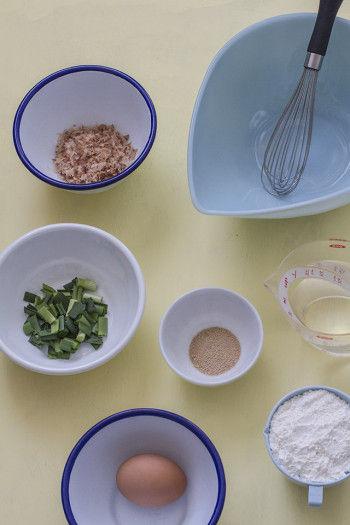 薄力粉 ・・・ 200g 水 ・・・ 1カップ 顆粒だしの素 ・・・ 適量(5gくらい) 卵 ・・・ 1個 ニラまたはねぎ ・・・ 1cm(小口切り) 鰹節 ・・・ 適量