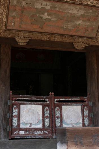 大雄宝殿正面半扉の浮彫り彩色の桃