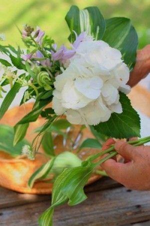 涼やかに活ける夏の庭花