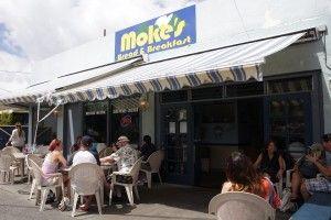 パン職人をしていたモケさんがカイルアにオープンした、 朝食とランチが楽しめる家族経営のアットホームなレストラン。 そして、モケズの名物は、リリコイ・パンケーキです。