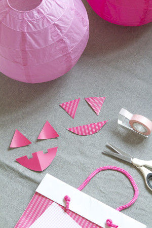 材料は手持ちの紙(封筒やら紙袋の裏側とか使っちゃった)、 マスキングテープ、はさみ