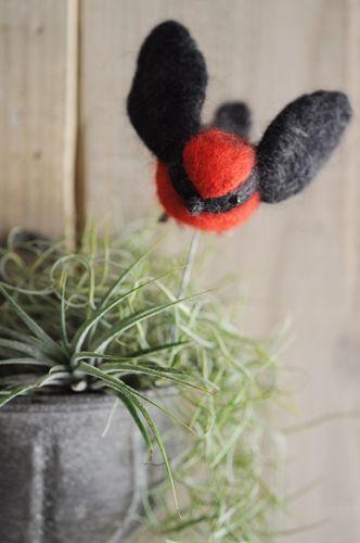 グリーンに添える羊毛フェルトのかわいい小鳥