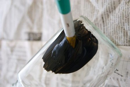調味料やドリンクなどのビンをきれいに洗って乾かしておきます。 ガラスにペイントするため、塗料は剥がれやすくなります。 剥がれるのが気になる方は、 ペイントする前に、ミッチャクロンをスプレーしておきます。 気にならない方は、使わなくてもOKです。 ペイントするときは、刷毛を一定の方向で塗るときれいに塗れます。