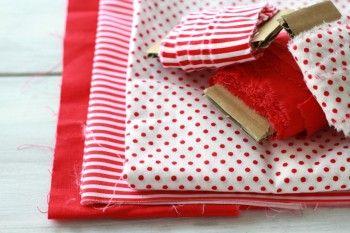 わが家には赤いオーナメントがあったので 赤い布を中心に ストライプや水玉の布を裂いて 作ってみました♪
