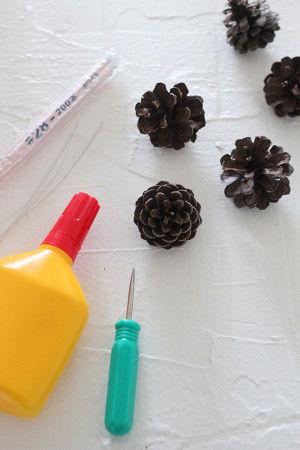 【材料】 ・松ぼっくり  オーナメントにしたい数だけ用意します。 ・毛糸 ・キリ ・ボンド ・針金(細めのもの) ・ペンチ(針金を切るのに必要な場合)