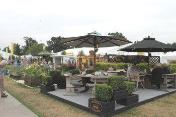 ガーデンファニチャー &エクステリアのコーナーでは おしゃれなテーブルやパラソル、 フェンス、温室などがずらり。