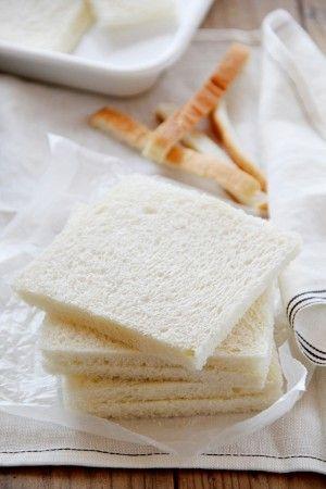 主な材料は、 食パン(サンドウィッチ用) 砂糖、生クリーム ジャム (好みのもの)、 フルーツ (好みのものを数種類) ハーブ(飾り用)