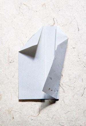 6.下端が折山あたりにくるようにして、写真のように斜めに折ります。