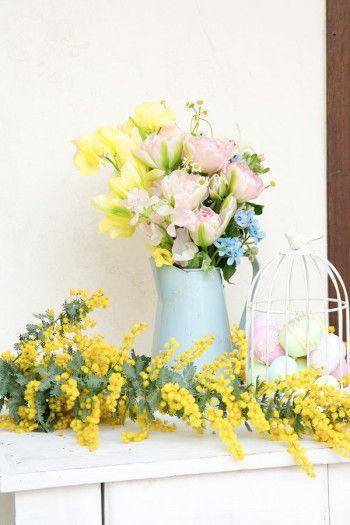 バードケージに発泡スチロールのイースターエッグを入れて花を添えます。 ミモザや春の花で玄関を華やかにしてお客様をお出迎え。