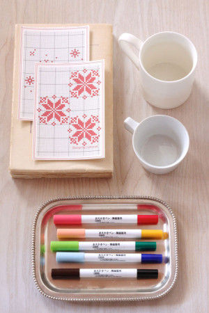 【材料】 ・無印良品の「おえかきペン・陶磁器用」 ・白いマグカップ ・クロスステッチのパターン