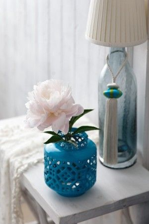 エキゾチックな印象づくりに活躍したのは、 芍薬を生けたブルーのフラワーベース。 「Francfranc」のKEITA MARUYAMAシリーズ。 カットワークがイスラム文化風。
