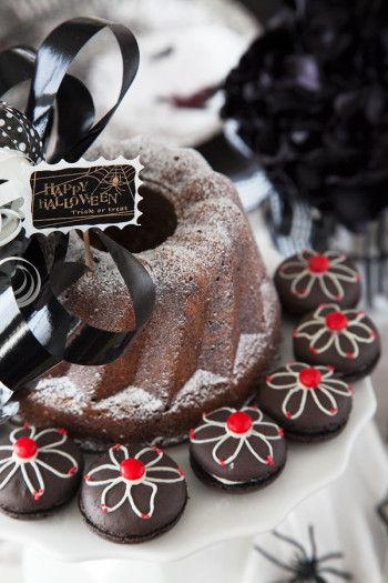 ケーキスタンドに置いたクグロフは、黒のリボンを飾り、 まわりに赤い血のようなチョコをデコレーションしたマカロンを並べます。