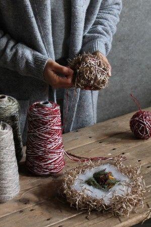 1.香りを楽しむのための材料(お好みの量)を綿で包み、 さらにペーパークッションで包みます。 2.1にお好みの毛糸巻いて完成!