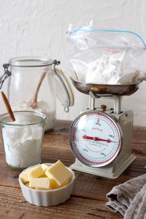 1. ジップロックの袋を計りにかけ、 薄力粉、砂糖、バターを計って入れます。