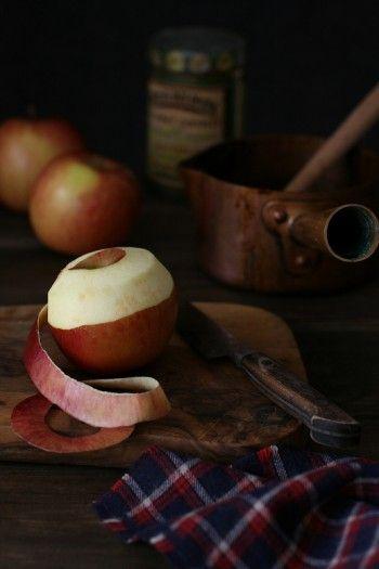 【材料】 りんご    ・・・・・・ 1個 三温糖    ・・・・・・ 50g バター    ・・・・・・ 10g レモン汁   ・・・・・・ 少々