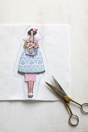 2.女の子の絵柄を切り抜いて、 フェルトにボンドで貼り  まわりに1cmくらい余白をとって フェルトをカットします。