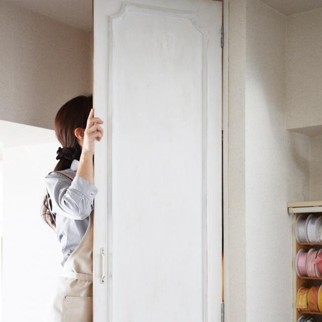【体験レポート】はじめてDIYをやってみた♪ 化粧合板の戸棚の扉をシャビーシック風にリメイク!