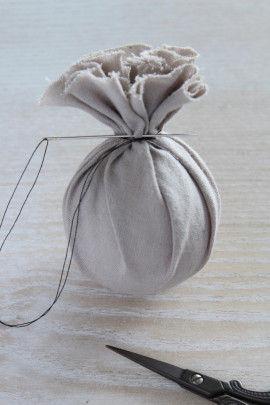 4.生地でボールを包みます。   一度糸でとめたら簡単です。