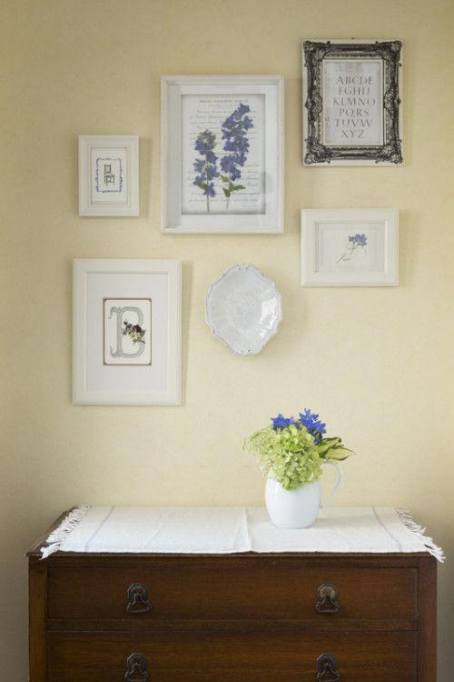 ブルーの花の押し花、カリグラフィー、生花、オースティンプレスの活版印刷のカード、 アスティエ・ド・ヴィラットの皿がバランスよく飾られて。