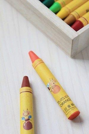 クレヨンを包んでいるカバーには、 ミツバチの絵が表情豊かに描かれており、 各色のイラストを見るとほほえましくなります。
