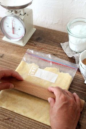 3. 粉っぽさがなくなるまで生地が混ざったら、 ジップロックの口を開いて 延べ棒で均一の厚さになるように 伸ばしていきます。 伸ばしたら再び袋の口を閉めて、 冷蔵庫で30分くらい寝かせます。 ※型がない場合は、袋から生地を出して、 厚さ5cm程の延べ棒みたいな形に整えて サランラップでくるんで冷蔵庫で寝かせます。