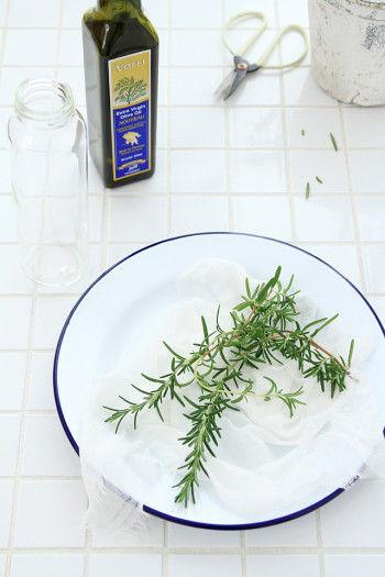自家製ハーブオイルを作ってみるのもいいですよ。 ハーブはよく洗って水気をとり、調味料差しに入れます。 オリーブオイルを注ぎます。 常温で1~2週間ほど置くと、オリーブオイルにハーブの香りが移って できあがりです。