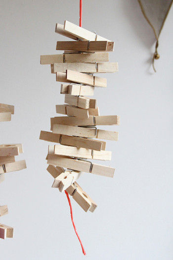 吊るしてみました。 ゆらゆら感が可愛いので、壁から少し離して吊るします。 クリップの向きは整えず、 不規則なかんじにするとオブジェのよう。 面白いです。