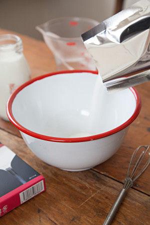 粉にお湯を加え、 粉が溶けるまで混ぜ合わせます。 さらに牛乳を入れて混ぜます。