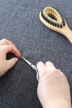 大きく目立つ毛玉は、あらかじめハサミでカットして 取り除いておきます。 (編み地の糸まで切ってしまわないように注意!) またひっかけなどで表に出てしまっている糸は、 目打ちなどの先の細いもので裏側に押し込んでおいてください。 これで下準備はOKです。