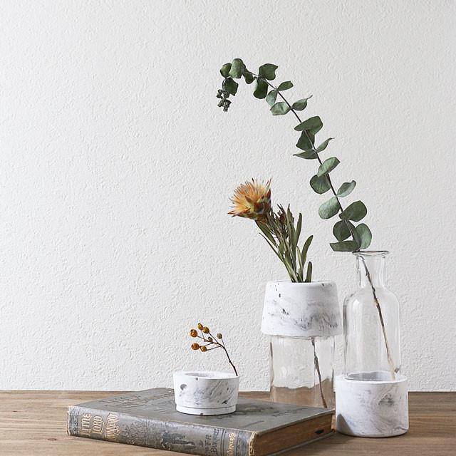 墨汁を混ぜるだけで簡単♪ マーブル模様のオリジナル花器の作り方