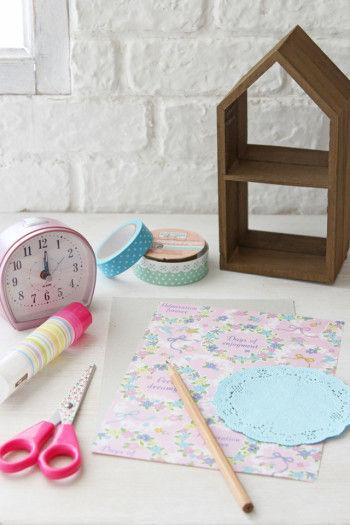 おうち型の木箱(ダイソー)、時計、花柄レターセット、カラーテープ、マスキングテープ、レースペーパー(セリア)はさみ、のり、えんぴつ