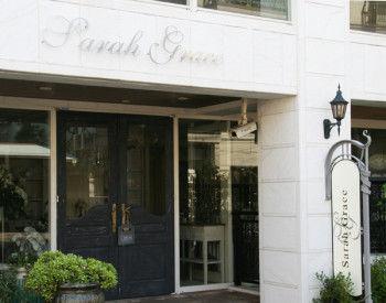 フレンチスタイルのインテリア雑貨をご紹介するネットショップとして 2006年にオープン。2011年9月には青山本店をオープンし、現在は、恵比寿三越店と2店舗展開。
