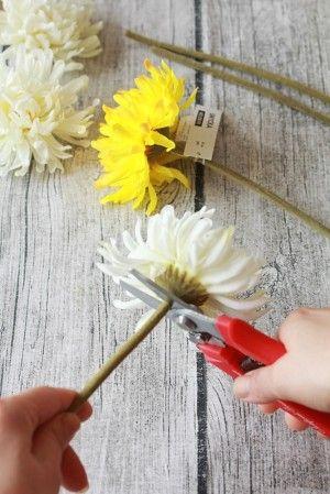 1. 花と茎を切り分けます。