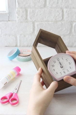 1.おうち型の木箱に時計をはめ込みます。