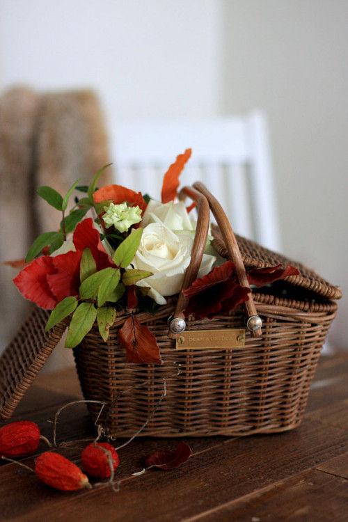 定番の白バラのアレンジに、紅葉の小枝をプラス!