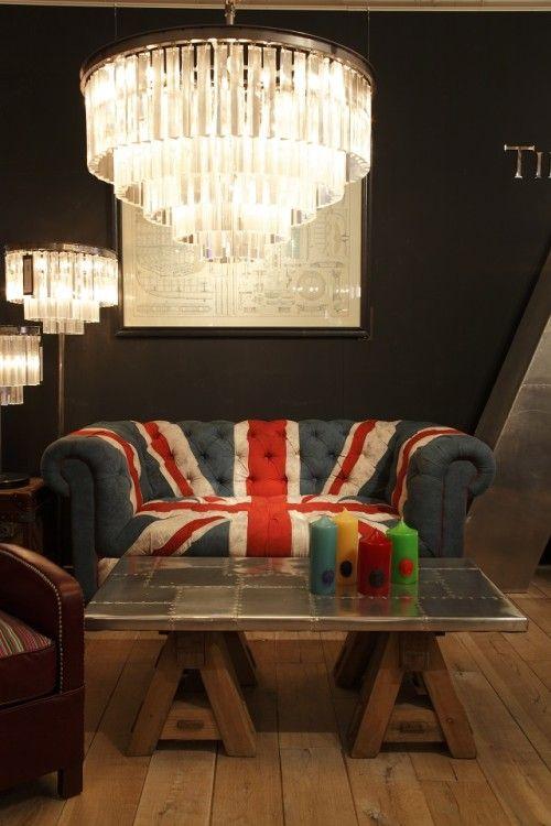 伝統的なチェスターフィールドをユニオンジャックの張り地で仕立てたソファ。 TIMOTHY OULTON BY HALO BENSINGTON 2PソファVINTAGE UNION JACK¥380,000 ODEON MEDIUM 5RINGシャンデリア ¥480,000