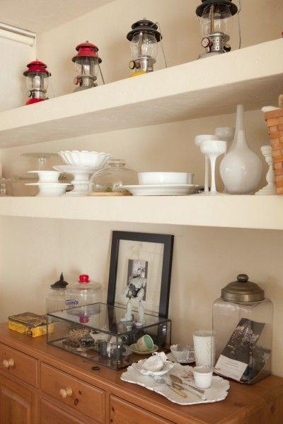 さまざまなテイストのものがセンス良く並ぶリビングのオープン棚