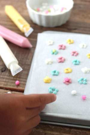 4. 生地を寝かせている間に、 チョコペンでデコレーションを作ります。 湯煎で溶かしたチョコペンでお花の形を作り、 真ん中に金平糖をのせればできあがり♡ 冷蔵庫で冷やしておいてくださいね。