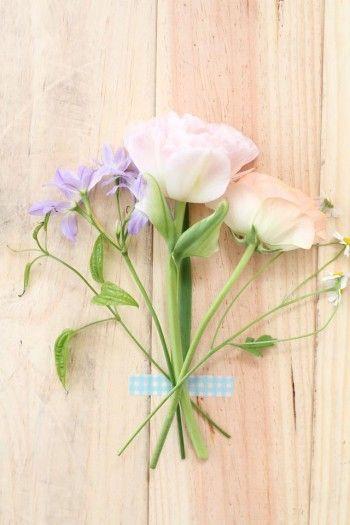 花をテーブル上に置き、 目印のところで扇の要のようになるよう 茎を順番に重ねていきます。 そして、茎の重なった部分を 輪ゴムで軽く束ねるだけ。