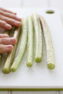 1.蕗に塩をまぶして板ずりします(色が綺麗にしあがります)