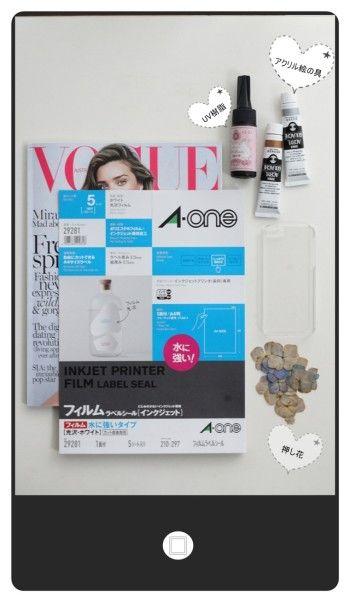 【材料】 iPhoneケース( プラスチックのハードタイプ)、 ボタニカルプレス(押し花) UVレジン(樹脂)、 アクリル絵の具、 耐水性ラベルシート、雑誌