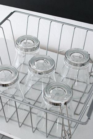 ワイヤーバスケットはグラスなら5つほど入ります。 たっぷりの収納力もうれしいです。