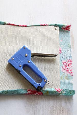 1.インテリアパネルのサイズより 縦横ともに5cm多くカットした布を  タッカーを使いパネルに貼ります。